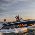 Photographie du bateau BMA modèle X199 naviguant en mer