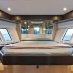 Intérieur lumineux comprenant : un lit central, miroirs et de larges ouvertures. Bateau Motoryacht de la marque Absolute, modèle 40 FLY.