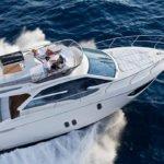 Vue de dessus d'un couple naviguant sur un bateau de type Motoryacht de la marque Absolute, modèle 40 FLY.