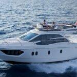 Couple naviguant sur un bateau de type Motoryacht de la marque Absolute, modèle 40 FLY.