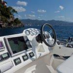 Tableau de bord et volant d'un bateau Motoryacht de la marque Absolute, modèle 40 FLY.