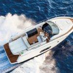 Femme naviguant sur un bateau de type Motoryacht de la marque Absolute, modèle 40 STL.