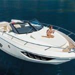 Femme allongée sur un bateau de type Motoryacht de la marque Absolute, modèle 40 STL.