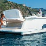 Couple sur un bateau de type Motoryacht de la marque Absolute, modèle 40 STL.