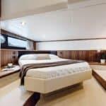 Intérieur comprenant : une large pièce avec un lit et des rangements. Bateau de type Motoryacht de la marque Absolute, modèle 40 STL.