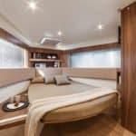 Intérieur comprenant : une large pièce avec un lit, des rangements et une porte vers la salle de bain. Bateau de type Motoryacht de la marque Absolute, modèle 40 STL.