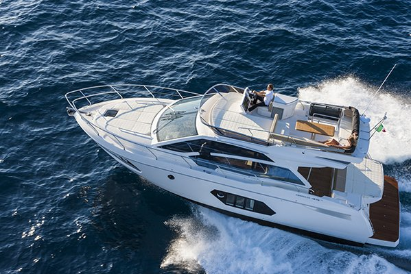 Couple naviguant sur un bateau de type Motoryacht de la marque Absolute, modèle 45 FLY.