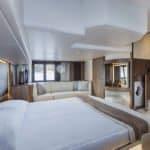 Intérieur comprenant : un lit, une banquette, un rangement de machine à laver et une salle de bain. Bateau de type Motoryacht de la marque Absolute, modèle 45 FLY.