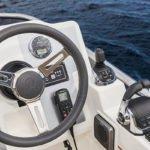 Tableau de bord et volant d'un bateau de type Motoryacht de la marque Absolute, modèle 45 FLY.