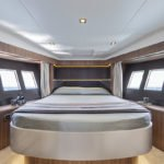 Intérieur comprenant : un lit avec nombreux rangements dans un bateau de type Motoryacht de la marque Absolute, modèle 45 FLY.