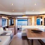 Intérieur spacieux comprenant : une banquette,une table à manger, des meubles de rangement. Bateau de type Motoryacht de la marque Absolute, modèle 50 FLY.