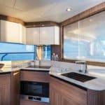 Cuisine équipée d'un bateau de type Motoryacht de la marque Absolute, modèle 50 FLY.