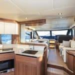 Intérieur comprenant : une cuisine équipée, une tableau de bord, une banquette et table à manger. Bateau de type Motoryacht de la marque Absolute, modèle 50 FLY.