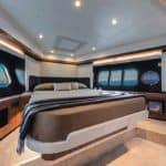 Chambre avec lit d'un bateau de type Motoryacht de la marque Absolute, modèle 50 FLY.