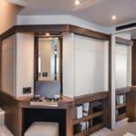 Chambre comprenant un miroir et des rangements dans un bateau de type Motoryacht de la marque Absolute, modèle 50 FLY.