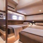 Chambre avec deux lits dans un bateau de type Motoryacht de la marque Absolute, modèle 50 FLY.