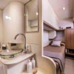 Salle de bain avec lavabo, un lit simple et de nombreux rangements dans un bateau de type Motoryacht de la marque Absolute, modèle 50 FLY.