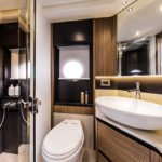Salle de bain avec douche, wc et lavabo dans un bateau de type Motoryacht de la marque Absolute, modèle 50 FLY.