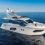Couple naviguant sur un bateau de type Motoryacht de la marque Absolute, modèle 50 FLY.