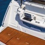 Plateforme avec buffet à l'arrière d'un bateau de type Motoryacht de la marque Absolute, modèle 50 FLY.
