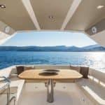 Extérieur avec banquette et table à manger d'un bateau de type Motoryacht de la marque Absolute, modèle 50 FLY.