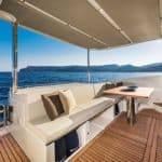 Banquette et table à manger d'un bateau de type Motoryacht de la marque Absolute, modèle 50 FLY.