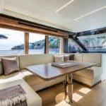 Intérieur comprenant une banquette et une table à manger. Bateau de type Motoryacht de la marque Absolute, modèle 52 FLY.