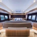 Chambre avec lit et coffres de rangement. Bateau de type Motoryacht de la marque Absolute, modèle 52 FLY.