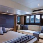 Chambre avec lit et banquette. Bateau de type Motoryacht de la marque Absolute, modèle 52 FLY.