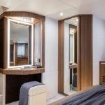 Chambre avec miroir, salle de bain et un lit. Bateau de type Motoryacht de la marque Absolute, modèle 52 FLY.
