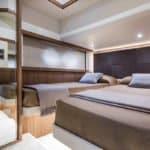 Chambre avec deux lits. Bateau de type Motoryacht de la marque Absolute, modèle 52 FLY.