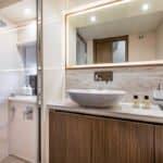 Salle de bain avec douche, lavabo et rangements.Bateau de type Motoryacht de la marque Absolute, modèle 52 FLY.