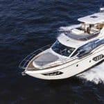 Couple naviguant sur un bateau de type Motoryacht de la marque Absolute, modèle 52 FLY.