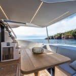 Banquette et table à manger. Bateau de type Motoryacht de la marque Absolute, modèle 52 FLY.
