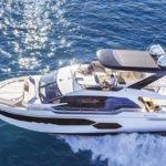 Couple naviguant sur un bateau de type Motoryacht de la marque Absolute, modèle 58 FLY.