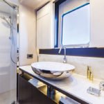 Salle de bain avec douche et lavabo. Bateau de type Motoryacht de la marque Absolute, modèle 58 FLY.
