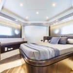 Chambre avec lit double. Bateau de type Motoryacht de la marque Absolute, modèle 58 FLY.