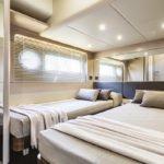 Chambre avec deux lits. Bateau de type Motoryacht de la marque Absolute, modèle 58 FLY.
