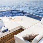 Banquette extérieure et tableau de bord. Bateau de type Motoryacht de la marque Absolute, modèle 60 FLY.