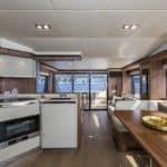 Cuisine équipée, banquette et table à manger. Bateau de type Motoryacht de la marque Absolute, modèle 60 FLY.