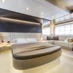 Chambre avec lit double. Bateau de type Motoryacht de la marque Absolute, modèle 60 FLY.