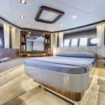 Chambre avec lit double. Bateau de type Motoryacht de la marque Absolute, modèle 64 FLY.