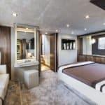 Chambre avec lit double et banquette. Bateau de type Motoryacht de la marque Absolute, modèle 64 FLY.