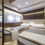 Chambre avec deux lits. Bateau de type Motoryacht de la marque Absolute, modèle 64 FLY.