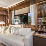 Canapé, tv et buffets dans salon. Bateau de type Motoryacht de la marque Absolute, modèle 64 FLY.