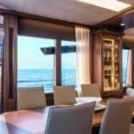 Table à manger et buffet. Bateau de type Motoryacht de la marque Absolute, modèle 72 FLY.