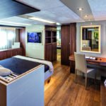Chambre avec lit double, bureau et banquette. Bateau de type Motoryacht de la marque Absolute, modèle 72 FLY.