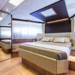 Chambre avec lit double. Bateau de type Motoryacht de la marque Absolute, modèle 72 FLY.