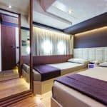 Chambre avec deux lits. Bateau de type Motoryacht de la marque Absolute, modèle 72 FLY.