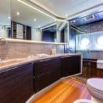 Salle de bain avec douche, wc et lavabo. Bateau de type Motoryacht de la marque Absolute, modèle 72 FLY.